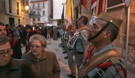 Les femmes passent à côté des vétérans militaires pendant la semaine sainte en Espagne Image stock