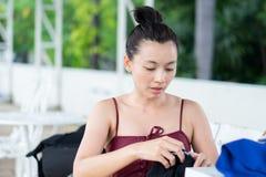Les femmes portant des vêtements de bain disposent à s'exercer par la natation photo stock