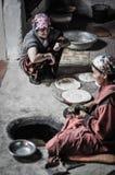 Les femmes préparant l'appartement durcit dans le Tadjikistan Images stock