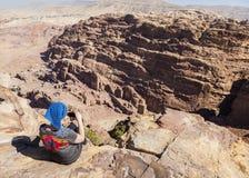 Les femmes prend la photo sur l'endroit élevé du sacrifice petra jordan Photographie stock