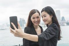 Les femmes prennent un selfie Photographie stock libre de droits