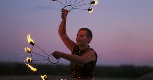 Les femmes professionnelles de danseurs font une exposition du feu et une représentation pyrotechnique au festival avec les torch banque de vidéos