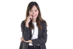 Les femmes réussies d'affaires dans le costume sourient sur le fond blanc Images stock