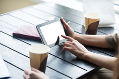 Les femmes remet tenir le comprimé avec l'écran vide blanc en café clos Photos libres de droits