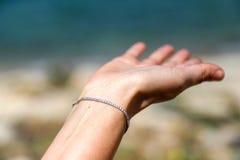 Les femmes remettent et mer bleue Photo libre de droits