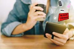 Les femmes remettent utilisant le smartphone font en ligne la vente pour des personnes faisant des emplettes en ligne avec la boî photo stock