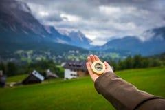 Les femmes remettent utilisant une boussole dans les montagnes, concept de voyage han Photos stock