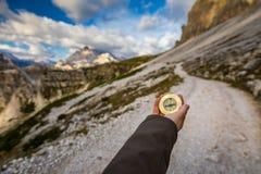 Les femmes remettent utilisant une boussole dans les montagnes, concept de voyage han Photos libres de droits