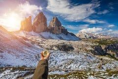 Les femmes remettent utilisant une boussole dans les montagnes, concept de voyage han Images stock