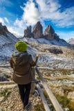 Les femmes remettent utilisant une boussole dans les montagnes, concept de voyage han Photo libre de droits