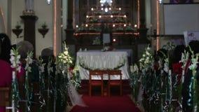 Les femmes s'asseyent sur la cérémonie de mariage dans l'église clips vidéos