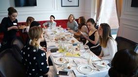 Les femmes se sont réunies pour la leçon française de petit déjeuner pour des adultes banque de vidéos
