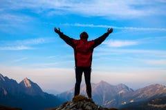 Les femmes silhouettent sur le dessus de la montagne Image stock