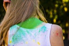 Les femmes soutiennent couvert de peinture sèche photos libres de droits