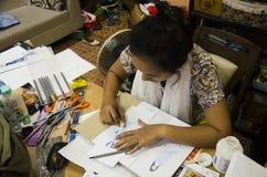 Les femmes thaïlandaises de concepteur dessinant et la mode de modèle de conception sur le papier pour font le conseil d'humeur Images libres de droits