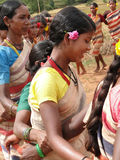 Les femmes tribales joignent des bras Image libre de droits