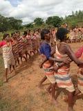 Les femmes tribales joignent des bras Images libres de droits