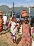 Les femmes tribales transportent des marchandises sur leurs têtes Photographie stock libre de droits