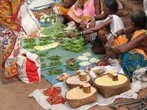 Les femmes tribales vendent des légumes Image libre de droits