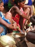 Les femmes tribales vendent des légumes Photo stock