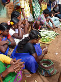 Les femmes tribales vendent des légumes Photos stock