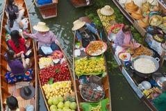 Les femmes vendent la nourriture des bateaux au marché de flottement dans Damnoen Saduak, Thaïlande Photos libres de droits