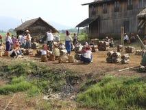 Les femmes vendent le bois de chauffage au marché d'île au lac Inle Images libres de droits