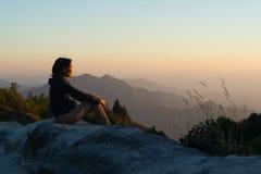 Les femmes voient la lumière de coucher du soleil photos libres de droits