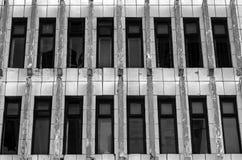 Les fenêtres cassées dans le bâtiment abandonné monochrome Noir et blanc Photos stock