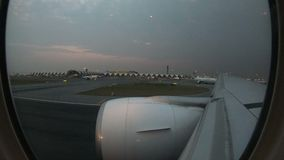 les fenêtres commerciales en vol d'avion de laps de temps 4K regardent le décollage à l'aéroport de Suvarnabhumi banque de vidéos