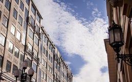Les fenêtres de bâtiment de ville mure des nuages Arbat Moscou de bleu de ciel Images stock