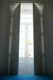Les fenêtres de chambre à coucher s'ouvrent pendant le matin Images stock
