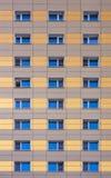Les fenêtres de la façade d'un bâtiment moderne Images libres de droits