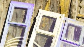 Les fenêtres sont dans différentes couleurs dans le rétro style Support près du mur en bois Photos stock