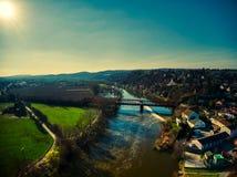 Les fermes aériennes de rivière de Vltava de vol de bourdon de Cernosice s'exercent image libre de droits