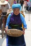 Les fermiers chinois vendent leurs marchandises sur le marché photographie stock