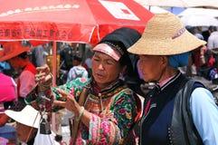 Les fermiers chinois vendent leurs marchandises sur le marché photos libres de droits