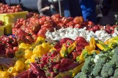 Les fermiers lancent les vegtables frais Photo libre de droits