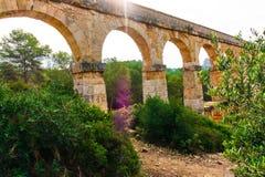 Les Ferreres akweduktu ` s Wysklepia podczas letniego dnia obraz stock