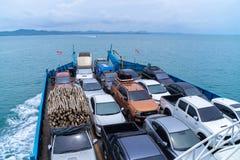 Les ferries portent des voitures à l'île de Koh Chang à la province traditionnelle orientale de la Thaïlande photographie stock libre de droits