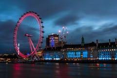 Les ferris célèbres de Londres roulent dedans le centre de la ville Images libres de droits