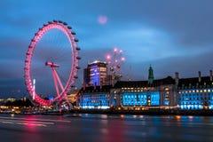 Les ferris célèbres de Londres roulent dedans le centre de la ville Photos stock