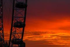 Les ferris célèbres de Londres roulent dedans le centre de la ville dans le temps de coucher du soleil Photo stock