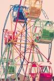 Les ferris de carrousel roulent dedans le parc Image libre de droits