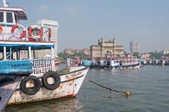 Les ferry-boats transportant des passagers ont amarré outre de Mumbai Image libre de droits