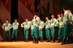 Les festivals russes de danse traditionnelle de l'usine entoure - le joyeux quadrille Images stock