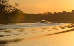 Les feuilles de bateau au coucher du soleil Photo stock