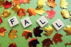 Les feuilles de chute entourent l'automne de mot Images libres de droits