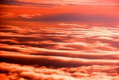 Les feuilles de nuage dans le coucher du soleil Photo libre de droits