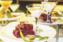 Les feuilles du chou rouge ont enveloppé la viande et des betteraves aux oignons Images stock
